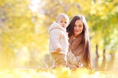 Mutter und Kind im Herbstpark Stockbild