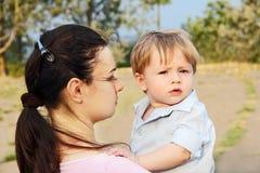 Mutter und Kind im Park. Lizenzfreie Stockfotografie
