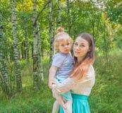 Mutter und Kind im Park für einen Weg Lizenzfreies Stockfoto