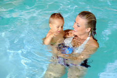 Mutter und Kind im Swimmingpool Stockbilder