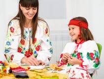 Mutter und Kind im ukrainischen nationalen Tuch Stockbild