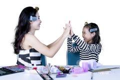 Mutter und Kind machen Handzeichen des Hochs fünf stockbilder