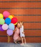 Mutter und Kind mit bunten Ballonen Stockbild