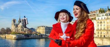 Mutter und Kind mit dem Weihnachtspräsentkarton, der selfie, Paris nimmt Stockbild