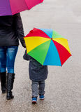 Mutter und Kind mit Regenschirm Lizenzfreies Stockfoto