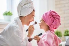 Mutter und Kind sind in den Bademäntel Lizenzfreies Stockfoto