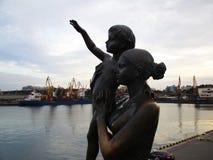 Mutter und Kind warten auf Vater von einem weit entfernten Segeln Stockbilder