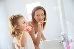 Mutter und Kind, welche die Zähne putzen Lizenzfreie Stockbilder