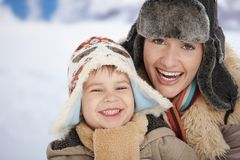 Mutter und Kind am Winter Stockfoto