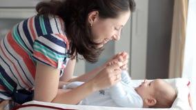 Mutter und Kind zu Hause stock video footage