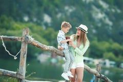 Mutter und Kind zusammen in einer Wiese, die Spa? spielt und hat stockfotografie