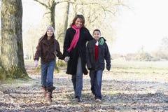 Mutter und Kinder auf Herbst-Weg Lizenzfreies Stockbild