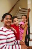 Mutter und Kinder auf Treppen Stockbild
