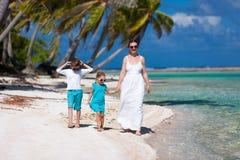 Mutter und Kinder auf tropischen Ferien Lizenzfreies Stockbild
