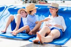 Mutter und Kinder an der Luxuxyacht Stockbild