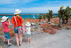 Mutter und Kinder, die bei Galapagos wandern Lizenzfreies Stockbild