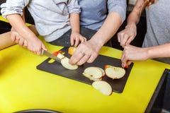 Mutter und Kinder, die in der Küche kochen und Spaß haben lizenzfreies stockfoto