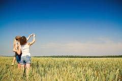 Mutter und Kinder, die in der Natur stillstehen. Lizenzfreies Stockfoto