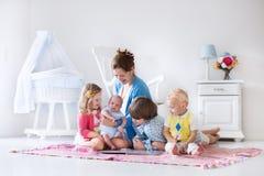 Mutter und Kinder, die im Schlafzimmer spielen stockfoto