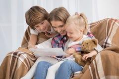 Mutter und Kinder, die Mutterschafts-Liebes-Sorgfalt-Konzept erziehen Lizenzfreies Stockfoto
