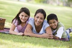Mutter und Kinder, die Picknick haben Stockfotos