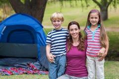 Mutter und Kinder, die Spaß im Park haben Stockbild