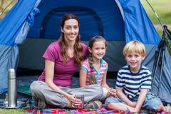 Mutter und Kinder, die Spaß im Park haben Lizenzfreie Stockfotografie