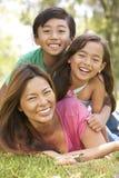 Mutter und Kinder, die Tag im Park genießen Stockfoto