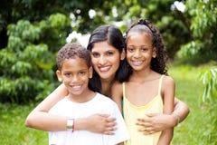 Mutter und Kinder draußen Stockfoto