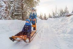 Mutter und Kinder draußen auf Winter Stockfoto
