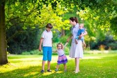 Mutter und Kinder in einem Park Stockfotos