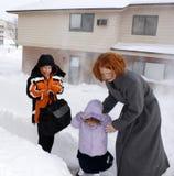 Mutter und Kinder im Blizzard Stockbild