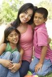 Mutter und Kinder im Park Lizenzfreies Stockfoto