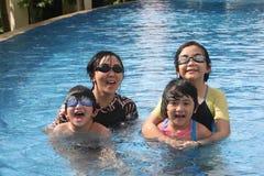 Mutter und Kinder im Pool Stockfoto