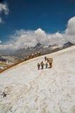 Mutter und Kinder im Schnee in Nepal Lizenzfreies Stockfoto