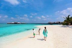 Mutter und Kinder am tropischen Strand stockfotos