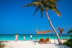 Mutter und Kinder am tropischen Strand lizenzfreies stockbild