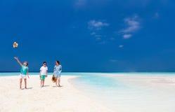 Mutter und Kinder am tropischen Strand Lizenzfreies Stockfoto