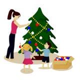 Mutter und Kinder verzieren den Weihnachtsbaum, der auf Weiß lokalisiert wird Lizenzfreie Stockfotografie