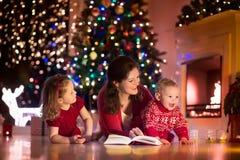 Mutter und Kinder zu Hause auf Weihnachtsabend lizenzfreie stockfotos