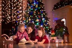 Mutter und Kinder zu Hause auf Weihnachtsabend lizenzfreies stockfoto
