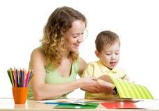 Mutter und Kinderabgehobener betrag und -schnitt zusammen Lizenzfreies Stockbild