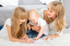 Mutter- und Kinderbetragfarbbleistift zu Hause lizenzfreie stockfotografie