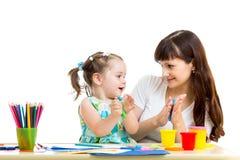 Mutter- und Kindermädchen, das durch Hände macht Stockbilder