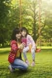 Mutter- und Kindernehmen selfie Bild lizenzfreies stockfoto