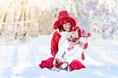 Mutter- und Kinderrodeln Winterschneespaß Familie auf Pferdeschlitten Lizenzfreie Stockbilder