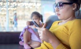 Mutter- und Kindersüchtiger beweglich im digitalen Verhalten stockbild
