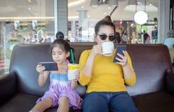 Mutter- und Kinders?chtiger beweglich im digitalen Verhalten stockfotografie