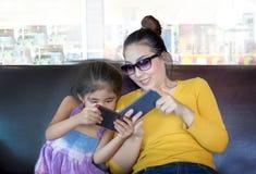 Mutter- und Kinders?chtiger beweglich im digitalen Verhalten lizenzfreies stockfoto