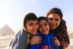 Mutter- und Kinderspaziergang an den Pyramiden Ägypten lizenzfreies stockfoto
